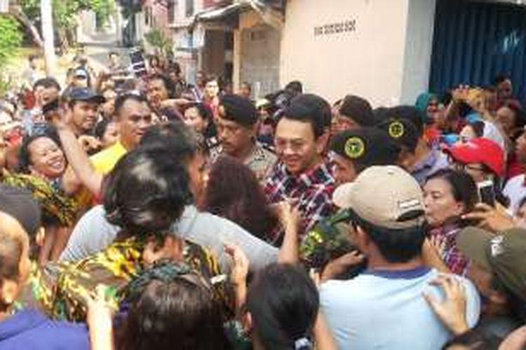 Calon gubernur DKI Jakarta nomor dua Basuki Tjahaja Purnama alias Ahok saat kunjungan kampanye ke permukiman warga di Jalan Arabika Atas, Pondok Kopi, Duren Sawit, Jakarta Timur, Kamis (17/11/2016) siang.