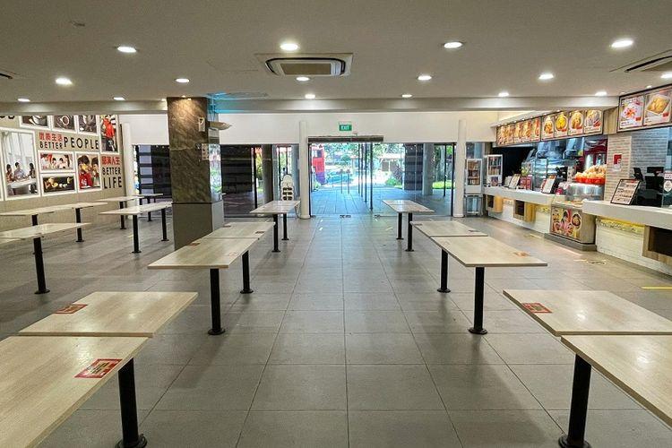 Kedai Kopi Koufu di kawasan Bukit Merah, Singapura terlihat kosong melompong pada hari pertama pemberlakuan lockdown parsial (16/5/2021). Pusat-pusat makanan seperti restoran, food court, kedai kopi, dan hawker diizinkan beroperasi hanya untuk take away atau membawa pulang makanan hingga 13 Juni mendatang