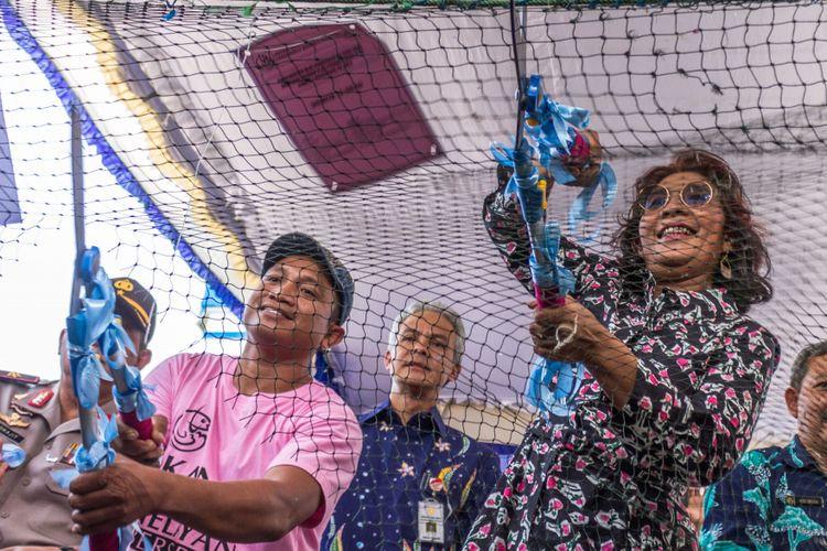 Menteri Kelautan dan Perikanan Susi Pudjiastuti (kanan), Gubernur Jateng Ganjar Pranowo (tengah) bersama perwakilan nelayan secara simbolis memusnahkan jaring penangkap ikan tidak ramah lingkungan saat Pembagian Paket Bantuan Alat Penangkap Ikan Ramah Lingkungan di Semarang, Jawa Tengah, Rabu (20/9/2017). Kementerian Kelautan dan Perikanan melalui Ditjen Perikanan Tangkap membagikan 690 paket alat penangkap ikan ramah lingkungan kepada nelayan Pantai Utara (Pantura) Jateng serta menyerahkan klaim asuransi nelayan yang mencapai Rp 1,2 miliar.