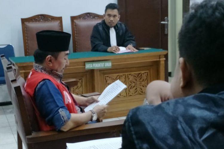 Terdakwa Gatot Brajamusti atau Aa Gatot membacakan nota pembelaan (pleidoi) dalam persidangan di Pengadilan Negeri Jakarta Selatan, Selasa (17/4/2018) malam.