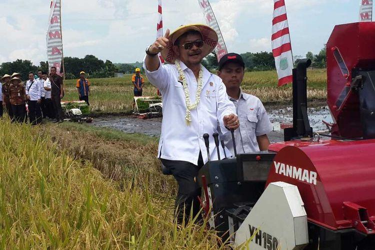 Menteri Pertanian, Syahrul Yasin Limpo saat panen raya padi di Nguling, Kabupaten Pasuruan, Rabu (12/2/2020).