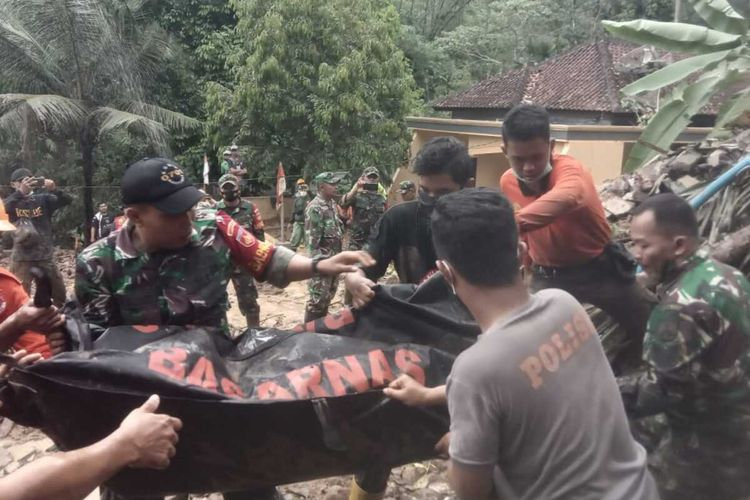 Evakuasi jasad korban tewas akibat tertimbun longsor di Desa Banjarpanepen, Kecamatan Sumpiuh, Kabupaten Banyumas, Jawa Tengah, Selasa (17/11/2020).