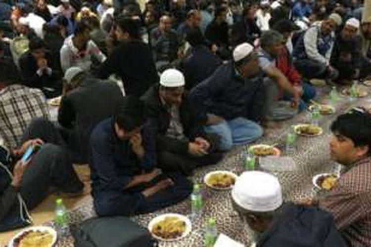 Sebanyak 500-an umat Muslim dari berbagai negara yang tinggal di London, Inggris buka puasa bersama di sebuah masjid besar di wilayah timur kota itu.