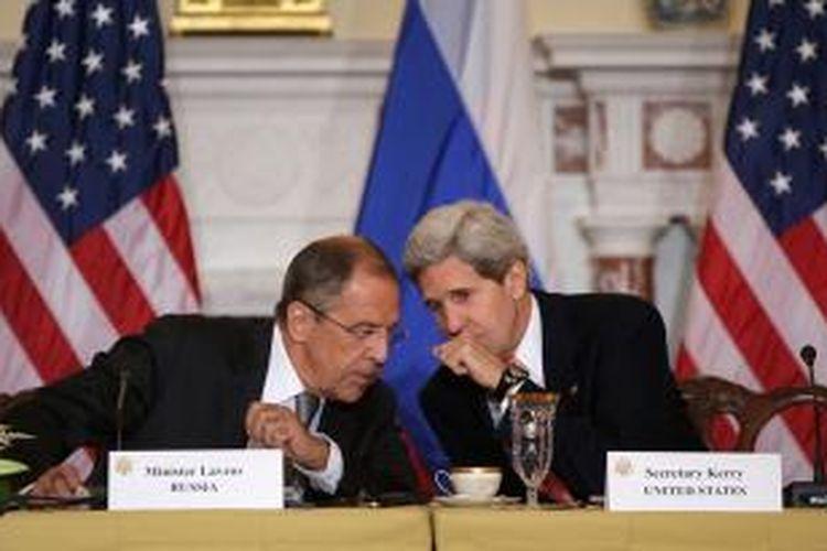 Menlu Rusia Sergei Lavrov dan Menlu AS John Kerry dalam jumpa pers di Washington DC, Amerika Serikat, Jumat (9/8/2013).
