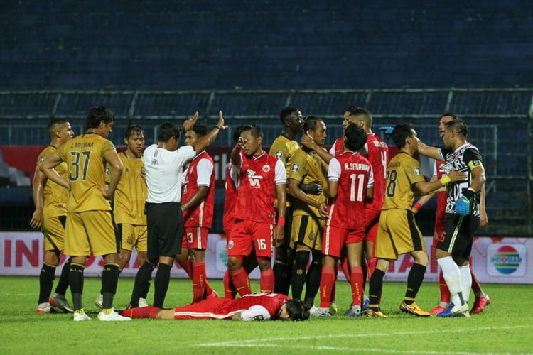 Suasana pertandingan Persija Jakarta vs Bhayangkara FC pada laga lanjutan Grup B Piala Menpora 2021 di Stadion Kanjuruhan, Malang, pada Rabu (31/3/2021) malam WIB.