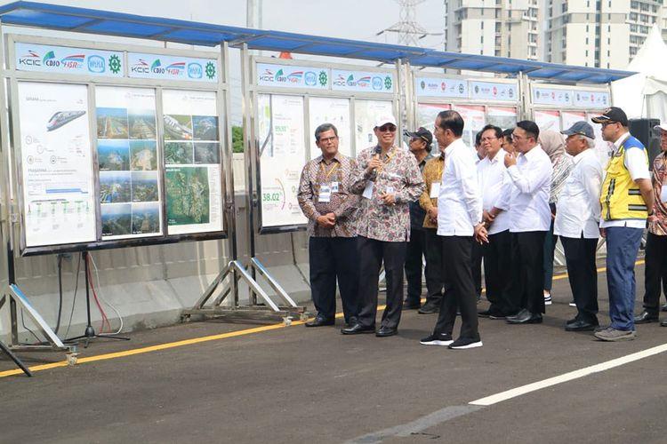 Presiden Joko Widodo saat meninjau pembangunan LRT Jabodebek