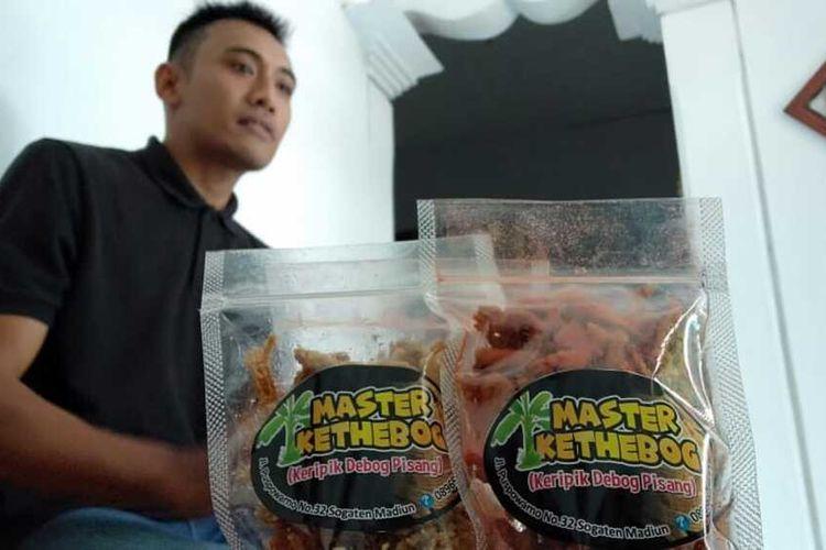 KERIPIK BATANG PISANG-- Robi Priya (23), warga Jalan Puspowarno, Kelurahan Sogaten, Kecamatan Manguharjo, Jawa Timur menunjukkan keripik berbahan batang pisang yang sudah laku terjuang hingga Hongkong.