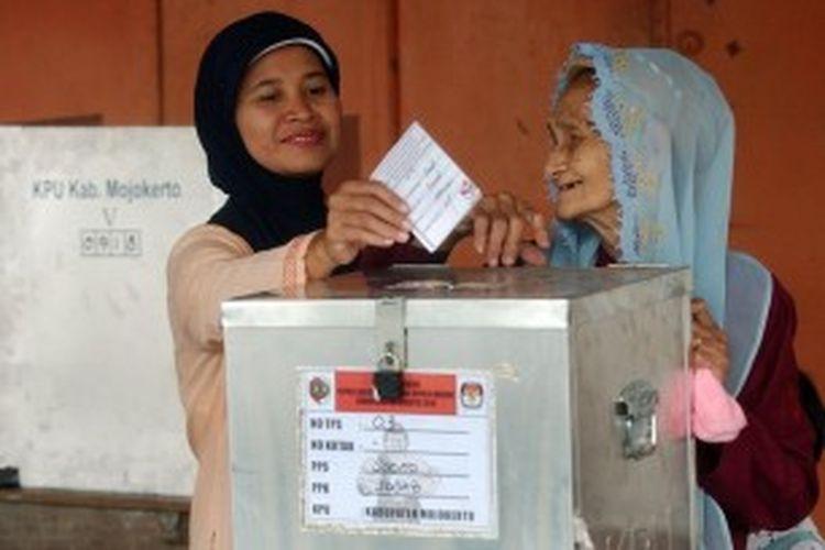 Ilustrasi: Warga memasukkan surat suara di TPS 03, Kelurahan Sooko, Kecamatan Sooko usai mencoblos dalam Pemilukada Mojokerto, Senin (7/6/2010). Sekitar 8.800 lebih petugas gabungan disiagakan untuk menjaga kelangsungan pemilukada ini.