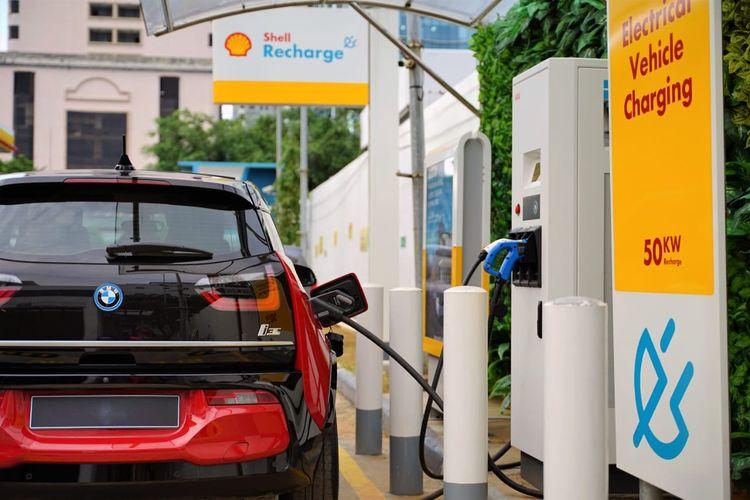 Ilustrasi pengisian kendaraan listrik di layanan Shell EV Recharge
