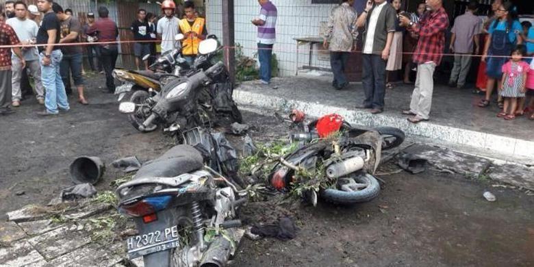 Sejumlah kendaraan sepeda motor mengalami kerusakan akibat ledakan bom molotov di halaman Gereja Oikumene, Sengkotek, Loa Janan Ilir, Samarinda Seberang, Samarinda, Kalimantan Timur, Minggu (13/11/2016).