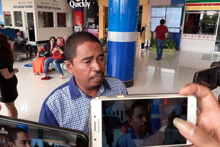Wakil Ketua I DPC Hanura Kabupaten Kepulauan Talaud Jimmy Tindi saat diwawancarai wartawan di Bandara Sam Ratulangi Manado, Selasa (30/4/2019).