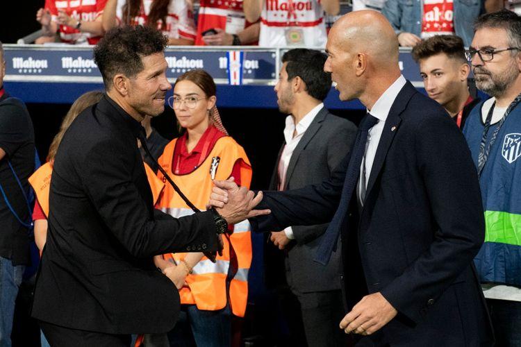 Pelatih Atletico Madrid, Diego Simeone, menyalami pelatih Real Madrid, Zinedine Zidane, dalam sebuah pertandingan Liga Spanyol.