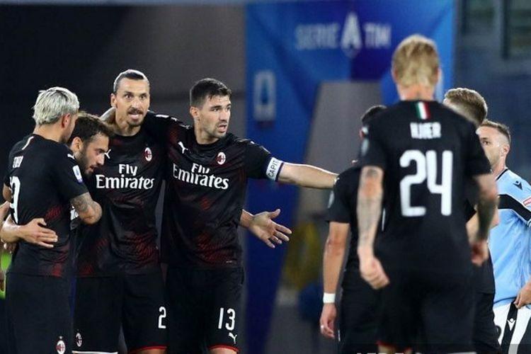 Para pemain AC Milan merayakan gol Hakan Calhanoglu ke gawang Lazio pada lanjutan pekan ke-30 Liga Italia di Stadion Olimpico, Roma, Minggu (5/7/2020) dini hari WIB.