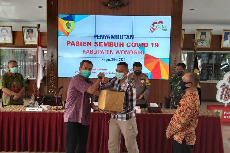 Bupati Wonogiri, Joko Sutopo memberikan bantuan kepasa pasien sembuh Covid-19 di Pendopo Kabupaten Madiun