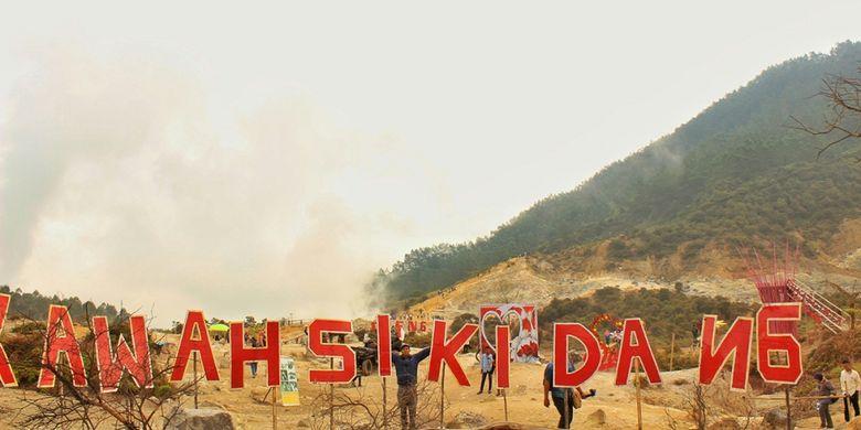 Sejumlah pengunjung terlihat di sekitar Kawah Sikidang yang berada tak jauh dari Kawah Sileri di kompleks obyek wisata Dieng Plateau, Banjarnegara, Jawa Tengah, pasca-semburan lumpur, Senin (3/7/2017). Kawah Sileri menyemburkan lumpur setinggi 200 meter pada Minggu, 2 Juli kemarin, sedikitnya 20 orang dilaporkan terluka.