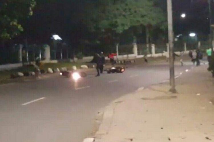 Gambar yang diambil dari potongan video yang diduga merupakan penyerangan geng motor di kawasan Jagakarsa, Jakarta Selatan.