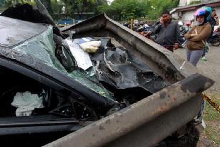 Mobil Lancer B 80 SAL, yang dikemudikan oleh putra bungsu Ahmad Dhani dan Maia Estianty, AQJ, dalam kondisi ringsek akibat kecelakaan di Tol Jakarta-Bogor, diamankan di Satlantas Wilayah Jakarta Timur, Minggu (8/9/2013). Kecelakaan yang melibatkan tiga mobil yaitu Mitsubishi Lancer B 80 SAL, Gran Max B 1349 TFN dan Avanza B 1882 UZJ ini mengakibatkan enam orang meninggal dunia dan 11 orang luka-luka.