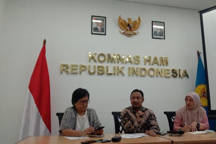 Komisioner Bidang Pengkajian dan Penelitian Komnas HAM, Choirul Anam (tengah), saat ditemui di kantor Komnas HAM, Jakarta, Kamis (19/9/2019).