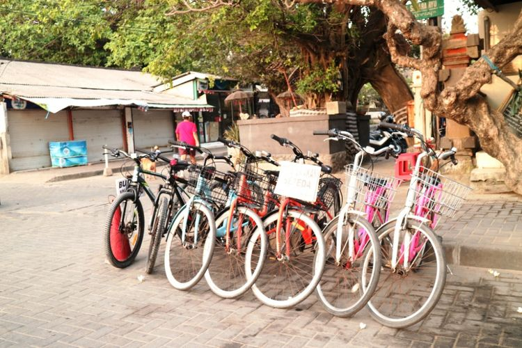 Penyewaan sepeda untuk wisatawan berkeliling pantai di Pantai Segara Ayu, Sanur, Bali, Jumat (28/9/2018).