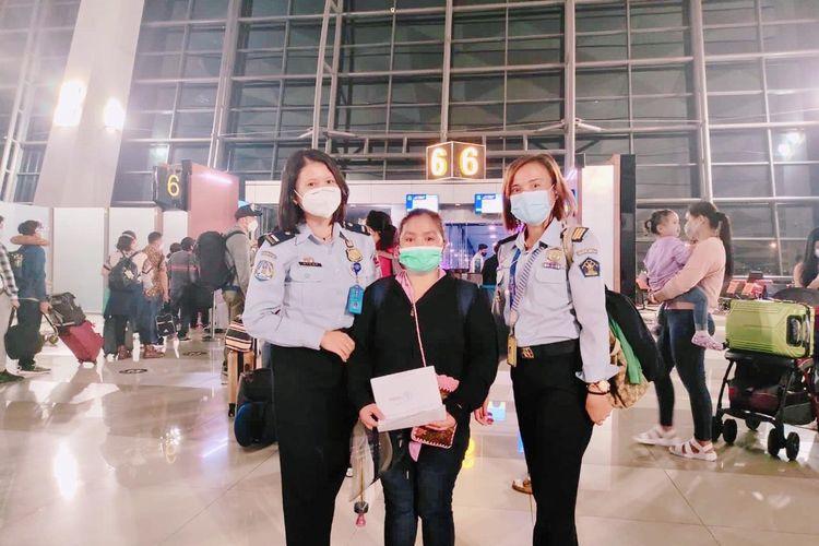 MAB wanita asal Filipina saat dideportasi ke negara asalnya dari Nusa Tenggara Timur (NTT), Senin (14/6/2021)