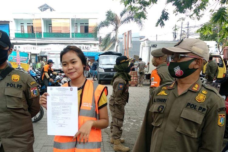 Warga yang melanggar PSBB Transisi dengan tidak menggunakan masker di Pasar Bahari, Tanjung Priok, Jakarta Utara, Kamis (16/7/2020)
