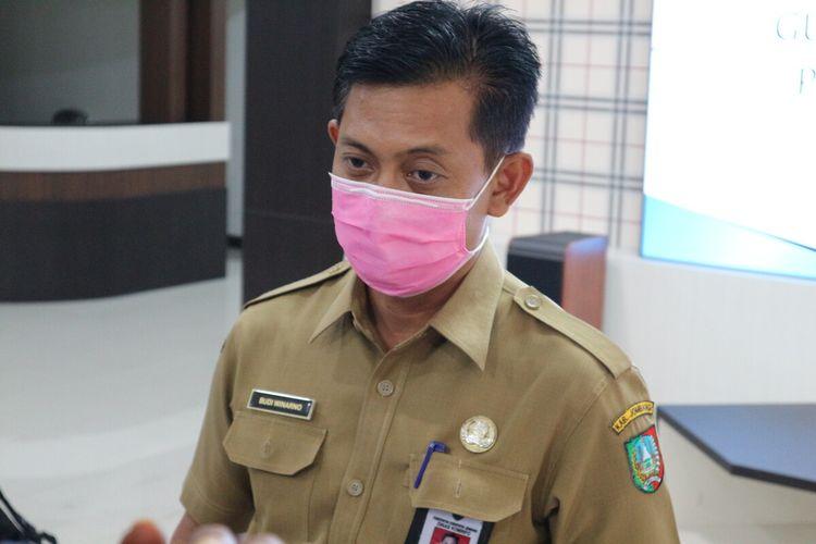Budi Winarno, Humas Gugus Tugas Penanganan Covid-19 Kabupaten Jombang, Jawa Timur, saat memberikan keterangan terkait perkembangan kasus Covid-19, di media center Pemkab Jombang, Senin (6/4/2020).