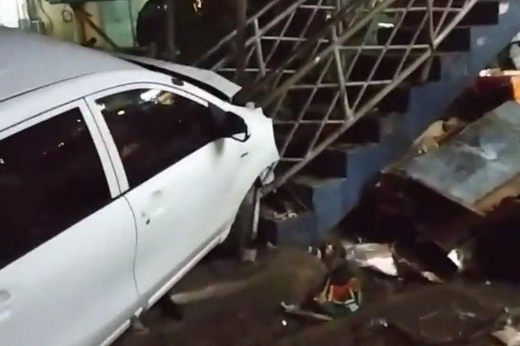 Tangkapan layar video mobil tabrak gerobak nasi goreng dan tangga jembatan penyebrangan orang di Jalan Raya Serpong, Tangerang Selatan.