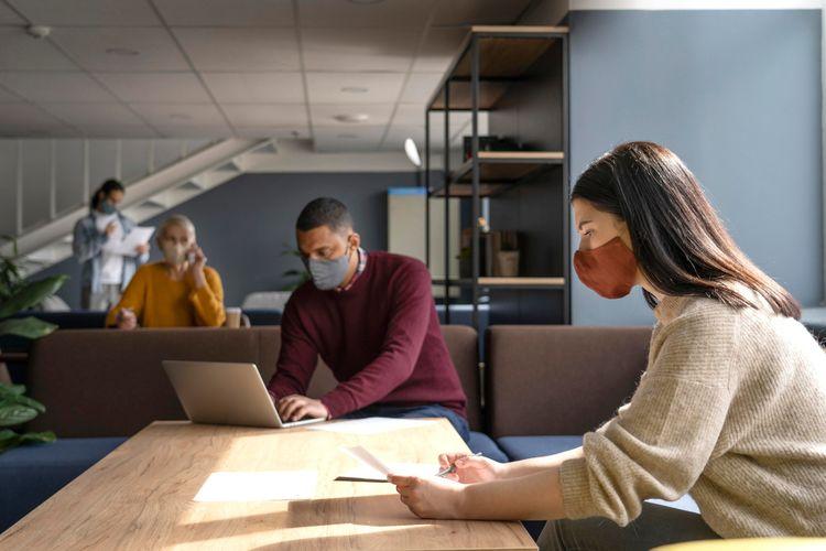 Ilustrasi bekerja di kantor saat pandemi dengan menerapkan protokol kesehatan.