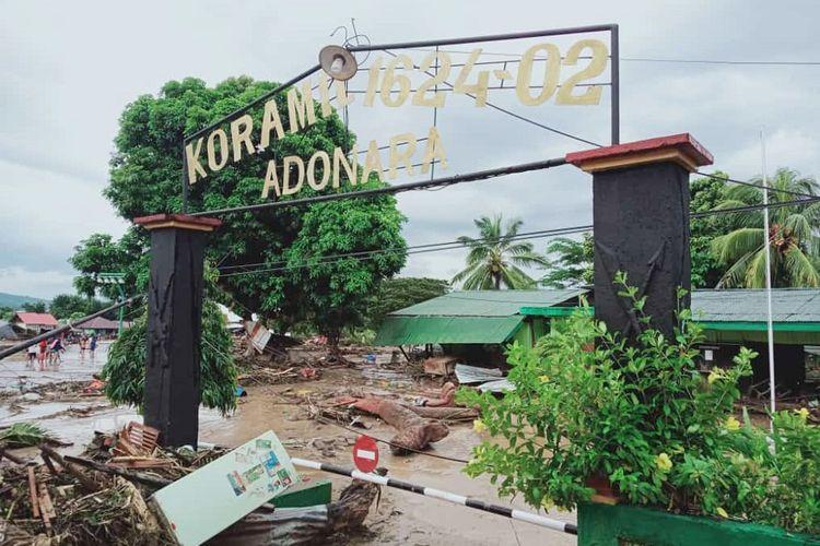 Suasana Koramil 1624-02 Adonara yang rusak akibat banjir bandang di Flores Timur, NTT, Senin (5/4/2021). Berdasarkan data BNPB hingga senin siang, korban meninggal dunia akibat banjir bandang di Flores Timur mencapai 68 jiwa. ANTARA FOTO/Anca Boleng/wpa/wsj.