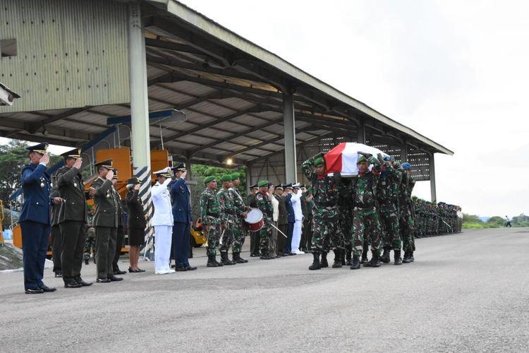 Jenazah Praka Anumerta Yanuarius Loe, satu dari 12 jenazah anggota TNI yang menjadi korban jatuhnya Heli MI-17 milik Angkatan Darat, akhirnya tiba di Bandara El Tari Kupang, Selasa (18/2/2020) tadi sore