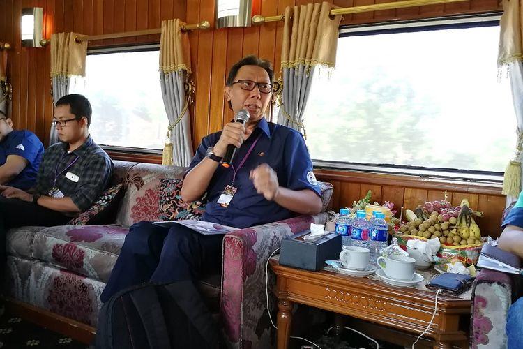 Anggota Dewan Komisioner OJK Bidang Edukasi dan Perlindungan Konsumen Tirta Segara saat berdiskusi dengan jurnalis, Sabtu (14/7/2018).