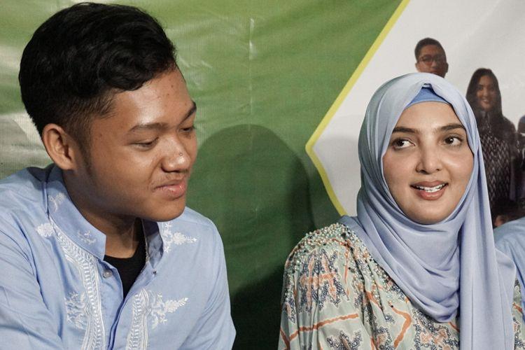 Ashanty bersama putranya, Azriel Akbar Hermansyah, berbicara dalam jumpa pers di kediamannya di kawasan Cinere, Depok, Jawa Barat, Selasa (5/6/2018).