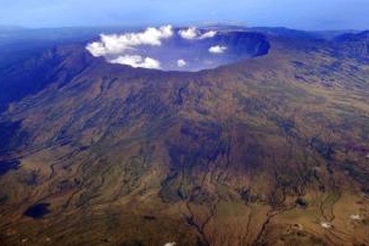 Keindahan panorama Gunung Tambora yang berada di Pulau Sumbawa, Nusa Tenggara Barat, beberapa waktu lalu. Gunung Tambora merupakan gunung api strato (kerucut) aktif yang memiliki kawah berbentuk danau (kaldera). Letusan dahsyat Tambora pada April 1815 tercatat gemuruhnya terdengar hingga Pulau Sumatera dan dampaknya turut memengaruhi perubahan iklim saat itu.