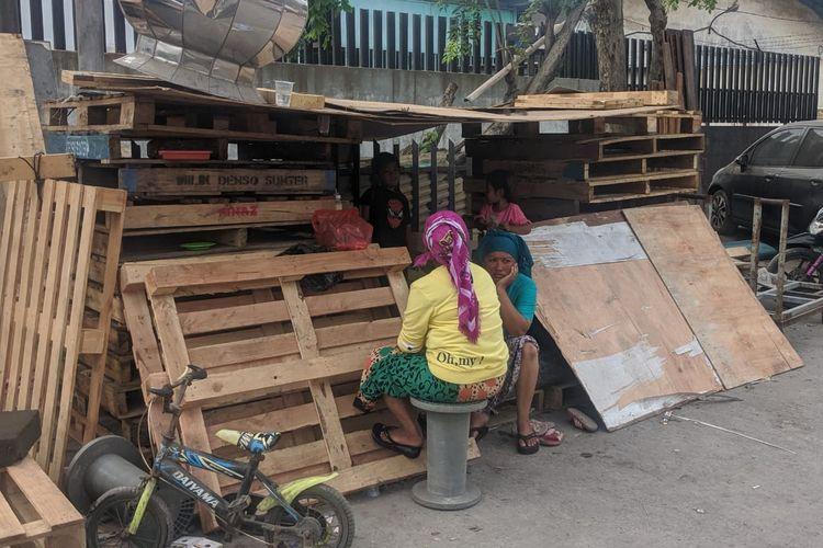 Pondokan kayu yang dibangun warga terdampak penggusuran di Jalan Agung Perkasa VIII, Kecamatan Tanjung Priok, Jakarta Utara.