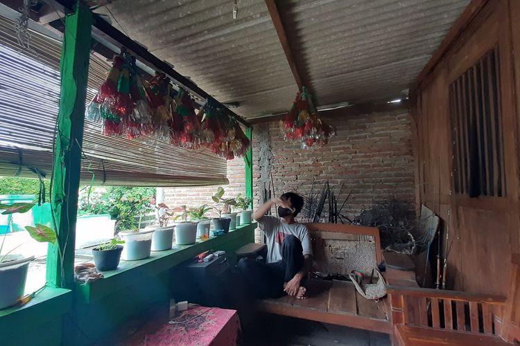 Ruyanto dan Terompet buatanya di Rumahnya Kalurahan Karangrejek, Gunungkidul Rabu (30/12/2020)