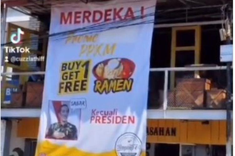 Sebuah kedai ramen bernama Kedai Ranjang 69 di Garut, Jawa Barat, mendadak jadi perbincangan setelah banner promo produknya viral di media sosial. Banner yang viral itu bertuliskan Merdeka Promo PPKM beli satu gratis satu kecuali presiden dengan menampilkan foto Presiden Joko Widodo.
