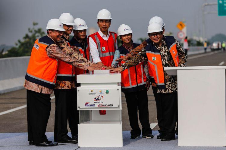 Presiden Joko Widodo (rompi merah) bersama sejumlah pejabat lain, saat meresmikan ruas jalan Tol Bekasi-Cawang-Kampung Melayu (Becakayu) di kawasan Jakasampurna, Bekasi, Jawa Barat, Jumat (3/11/2017). Presiden Joko Widodo meresmikan ruas jalan tol yakni Seksi 1B dan 1C sepanjang 8,26 kilometer yang terbentang dari Cipinang Melayu-Pangkalan Jati-Jakasampurna.