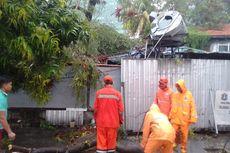 Akibat Hujan dan Angin Kencang, Rumah Makan di Jalan Dr Satrio Tertimpa Pohon Tumbang