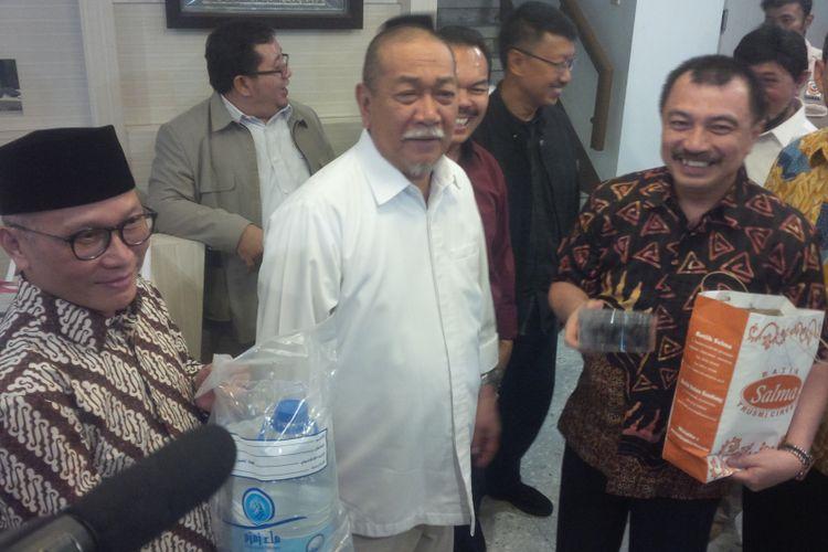 Wakil Gubernur Jawa Barat Deddy Mizwar mendatangi Kantor Dewan Pimpinan Daerah (DPD) Partai Gerindra Jawa Barat yang berlokasi di Jalan PHH Mustopha, Kota Bandung, Senin (23/10/2017).