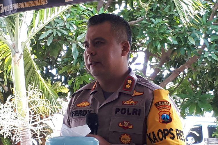 Ferdy Irawan memberikan keterangan terkait tersebarnya foto oknum polisi pria bermesraan dengan lelaki.