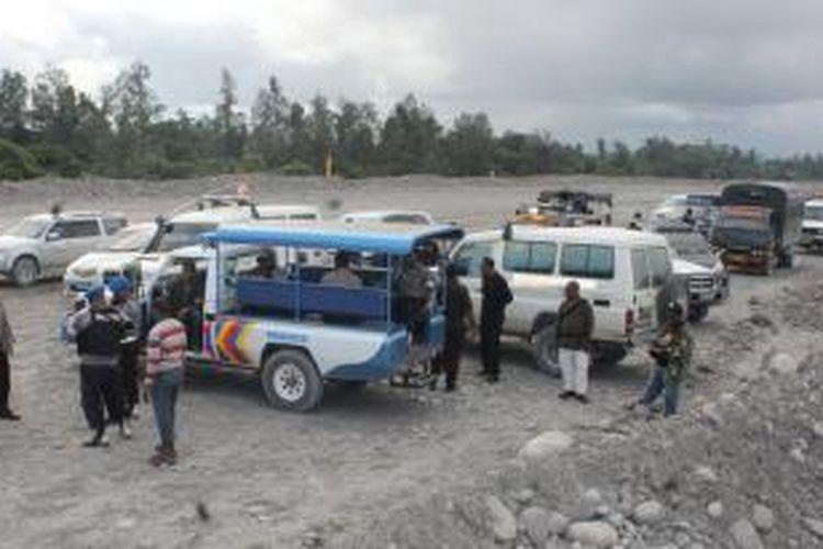 Aparat Kepolisian dari Polres Mimika dibantu Brimob Detasemen B Polda Papua yang dipimpin Kapolres Mimika, AKBP Jermias Rontini melerai bentrokan antar pendulang yang terjadi di areal pengendapan tailing mil 24. 1 orang pendulang tewas dan belasan orang luka-luka akibat bentrokan antara pendulang camp mil 34 dengan pendulang camp mil 24, Kamis (4/7/2013) siang.