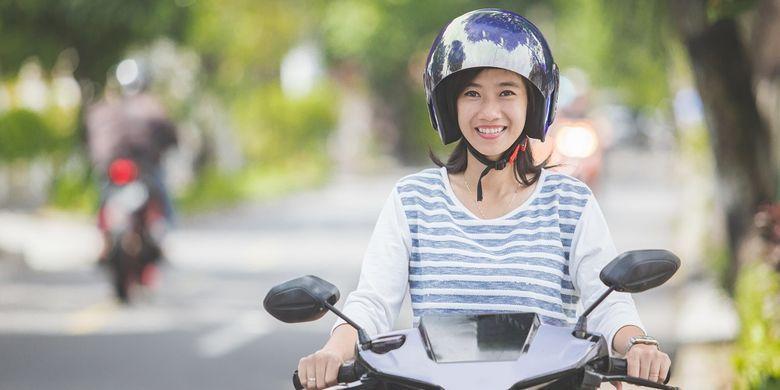 Ilustrasi perempuan pengendara motor