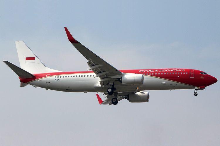 Pesawat Boeing 737-8U3 yang menjadi pesawat Kepresidenan RI dengan cat merah putih.