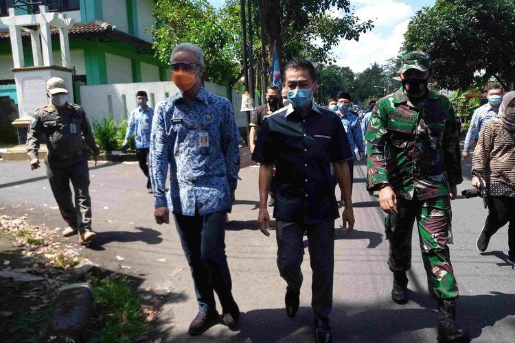 Gubernur Jateng Ganjar Pranowo dan Wali Kota Salatiga Yuliyanto saat meninjau simulasi PTM