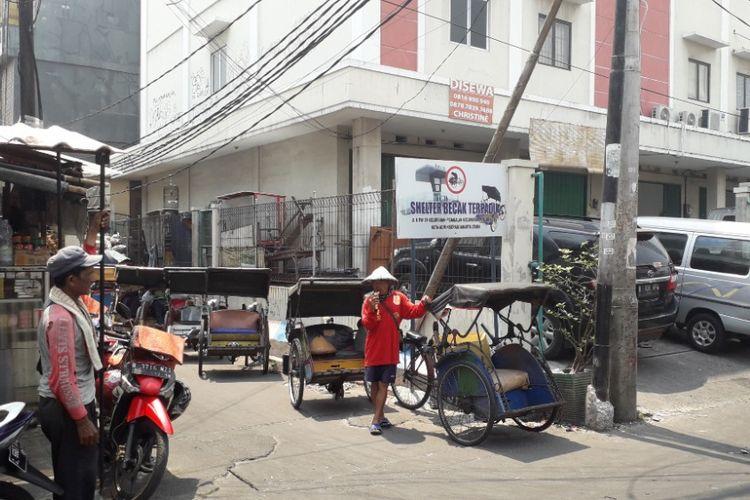 Selter becak di Jalan K dekat Pasar Teluk Gong, Pejagalan, Jakarta Utara, Senin (8/10/2018).