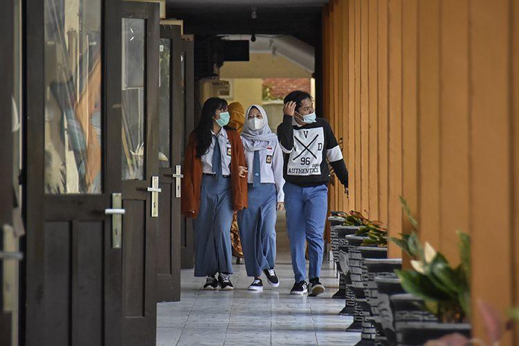 Sejumlah siswa berjalan menuju kelasnya saat hari pertama masuk sekolah pembelajaran tatap muka di SMAN 1 Mataram, NTB, Senin (4/1/2021). Pembelajaran secara tatap muka terbatas di tengah pandemi Covid-19 pada semester genap tahun ajaran 2020/2021 mulai dilaksanakan di wilayah NTB pada Senin (4/1) di sejumlah sekolah jenjang SMA, SMK dan SLB dengan menerapkan protokol kesehatan yang ketat.