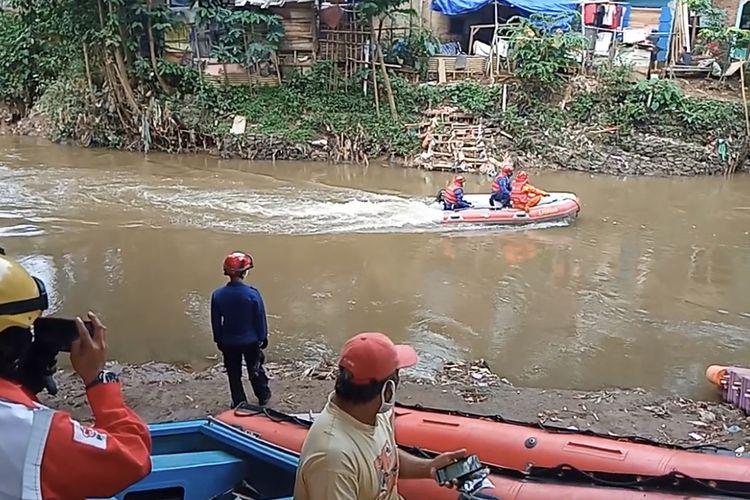 Proses pencarian bocah bernama Haikal (13) yang hanyut di Sungai Ciliwung tepatnya di Jalan Pagujaten RT 016/RW 06, Pejaten Timur, Pasar Minggu, Jakarta Selatan pada Kamis (28/1/2021) sore.