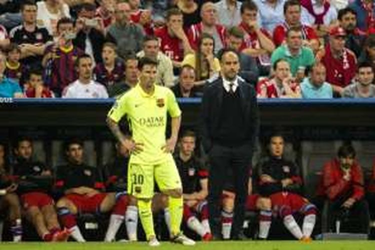 Josep Guardiola (kanan) berada di dekat mantan pemainnya, Lionel Messi, dalam ajang Liga Champions di Allianz Arena, 12 Mei 2015.