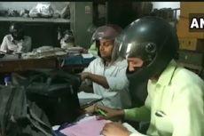 Hindari Cedera Kepala, Karyawan di India Pakai Helm di Kantor