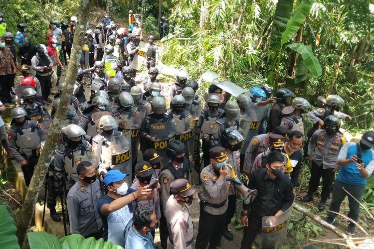 Aksi warga menutup akses jalan masuk di Desa Wadas, Purworejo, Jumat (24/4/2021)